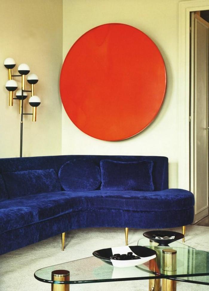 canapé-d-angle-arrondi-de-couleur-bleu-foncé-meubles-de-salon-chic-table-en-verre