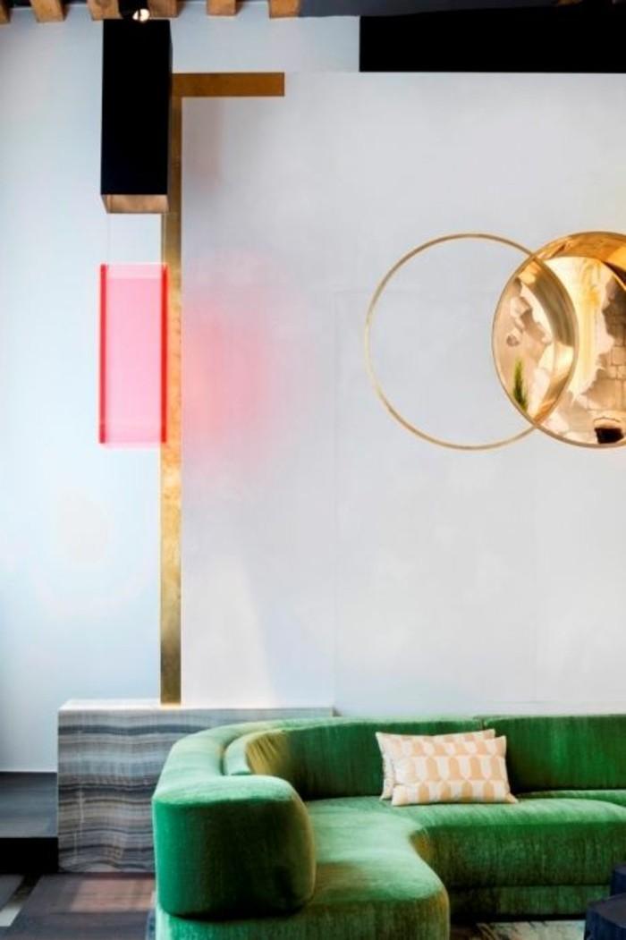 canapé-d-angle-arrondi-vert-dans-le-salon-chic-moderne-objets-deco-interieur