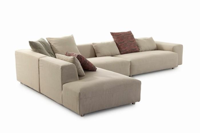 canapé-design-italien-de-couleur-beige-avec-coussins-de-canape-original-meubles-italiens