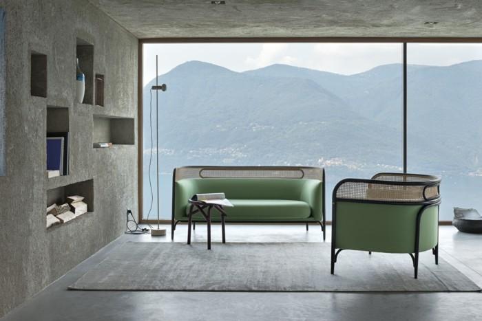 canape-cuir-italien-vert-bleu-avec-grande-fenetre-de-salon-chic-tapis-gris