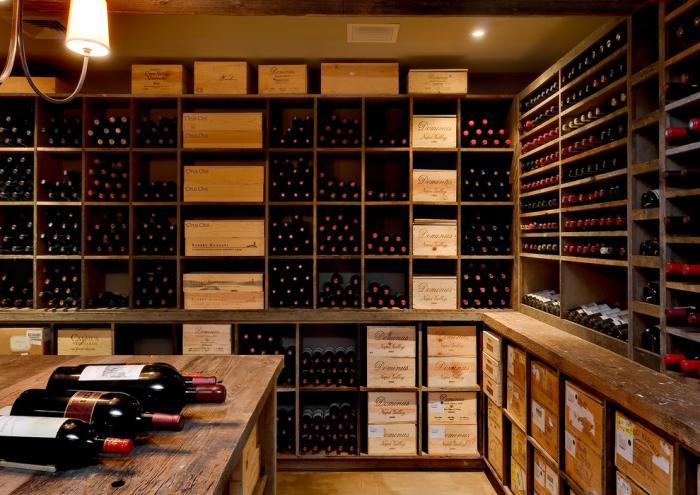 cave-à-vin-avec-bois-ancien-joli-rangement-de-vins