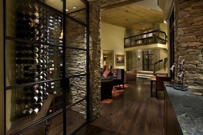 cave-à-vin-derrière-vitrine-maison-rustique-moderne