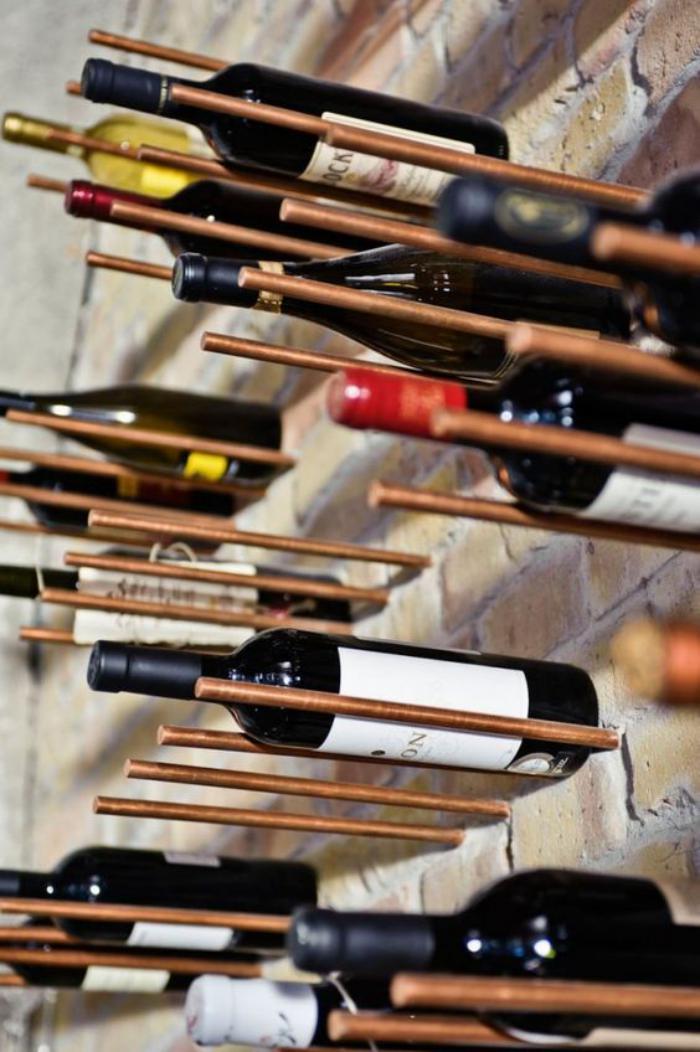 cave-à-vin-des-porte-bouteilles-métalliques-et-mur-briques