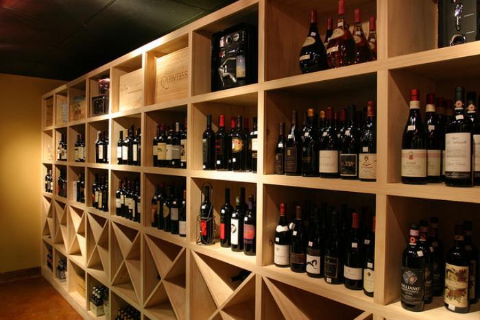 cave-à-vin-en-casiers-de-bois-porte-bouteilles-de-vin