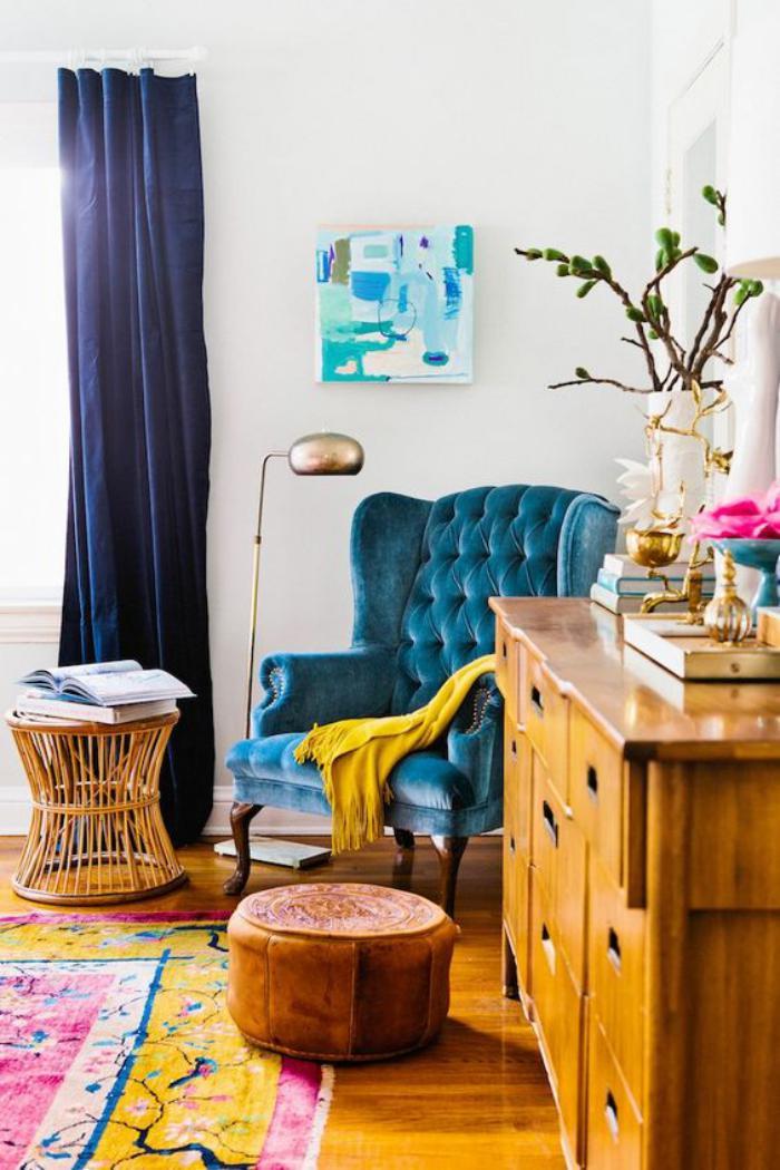 chaise-capitonnée-belle-chaise-vintage-et-plaid-jaune