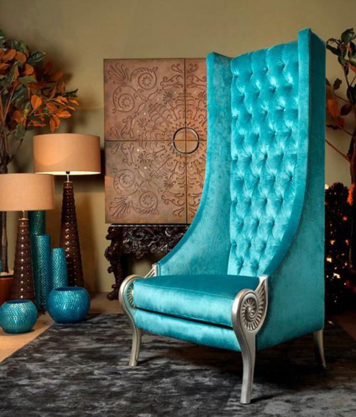 chaise-capitonnée-bleue-dossier-haut-lampes-de-sol