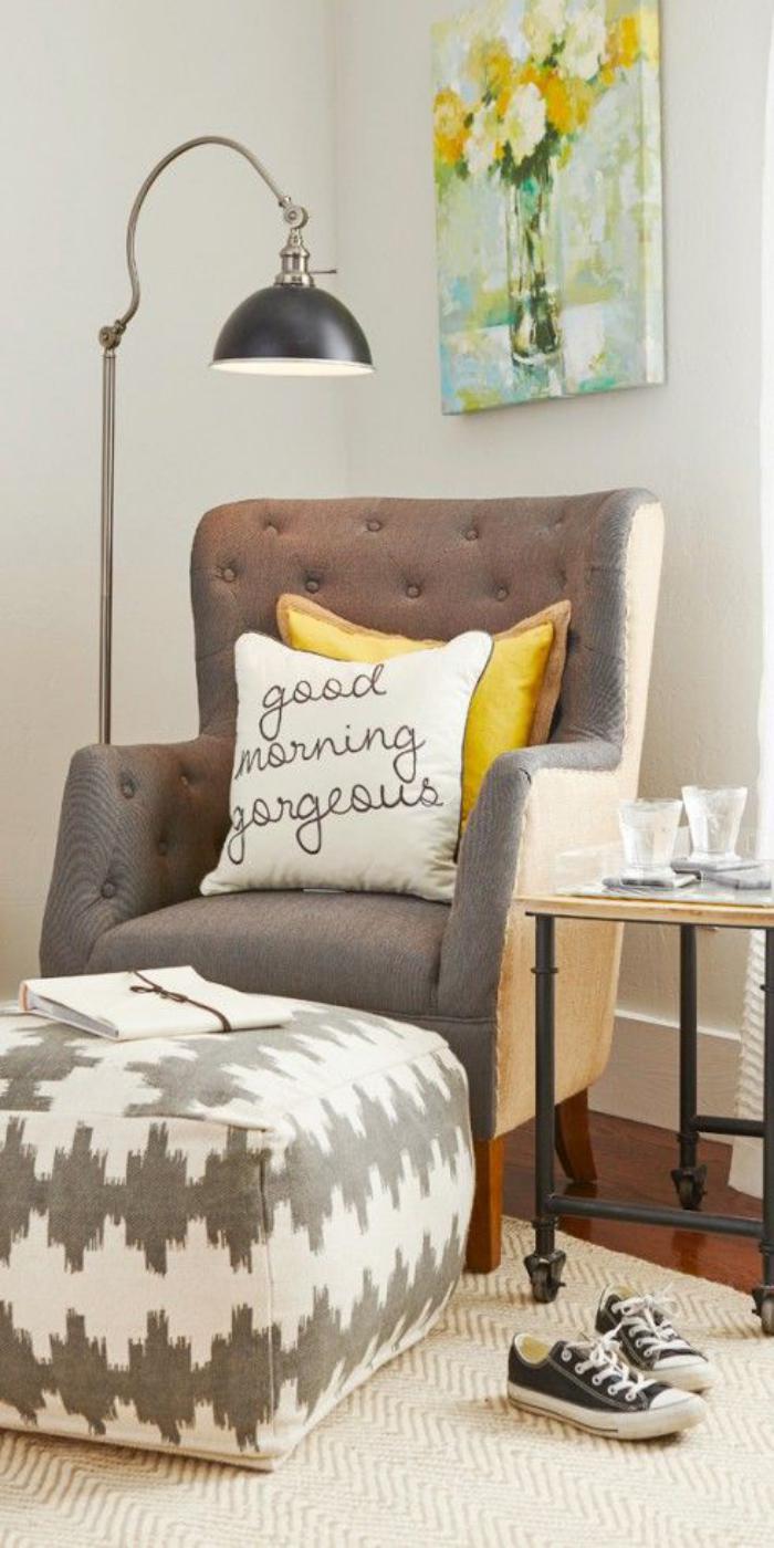 chaise-capitonnée-chaise-beige-au-dossier-capitonné