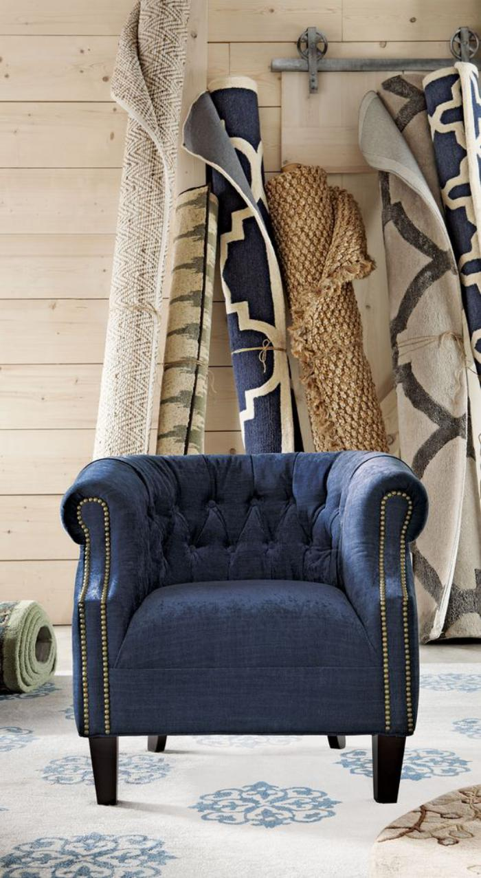 chaise-capitonnée-bleu-marin-et-tapis