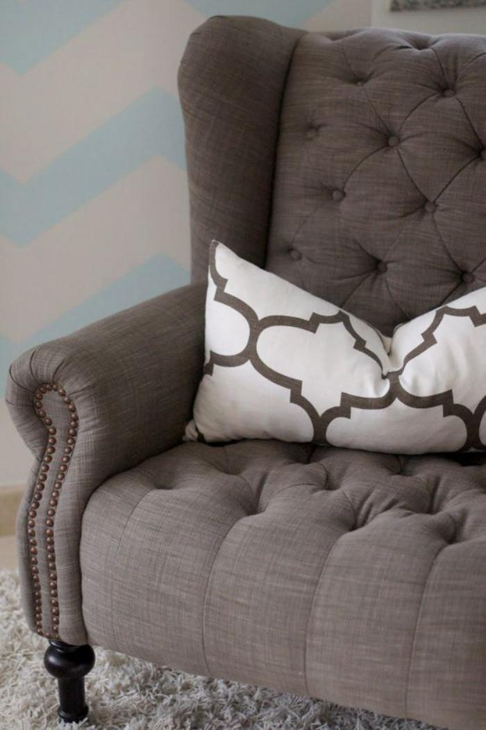 chaise-capitonnée-couleur-taupe