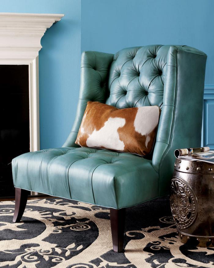 chaise-capitonnée-en-cuir-bleu-et-coussin-peau-de-vache