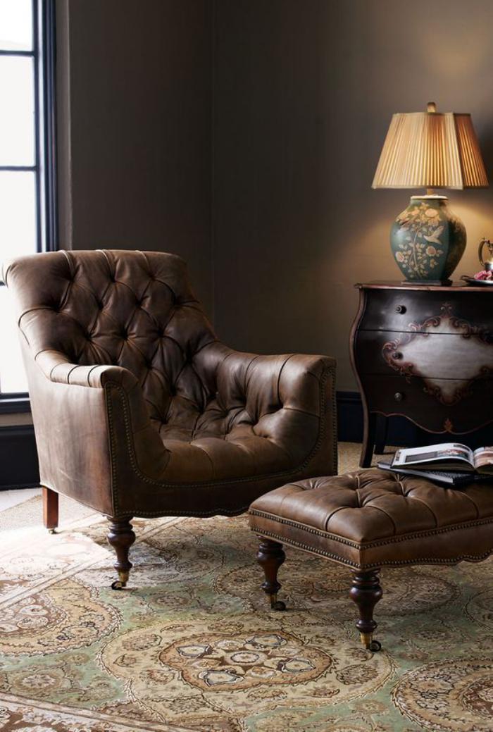 chaise-capitonnée-et-tabouret-en-cuir-marron