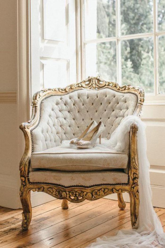 chaise-capitonnée-grande-chaise-blanche-dossier-capitonné