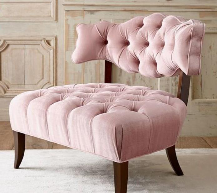 chaise-capitonnée-grande-chaise-rose-au-design-antique