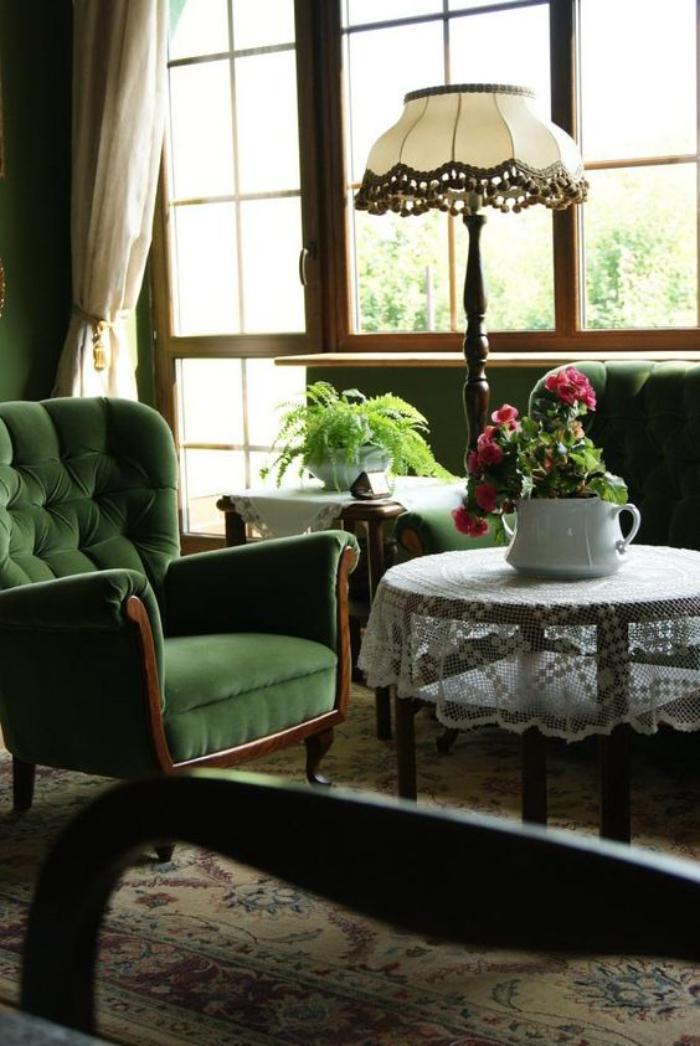 chaise-capitonnée-verte-intérieur-vintage-chaleureux