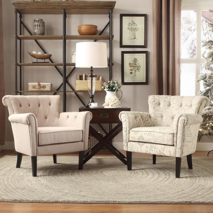 chaise-capitonnée-pièce-en-couleur-beige-étagère-en-bois-et-fer