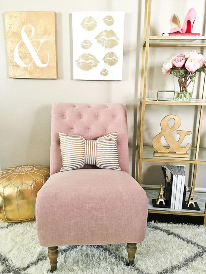chaise-capitonnée-rose-pouf-et-tapis-marocains