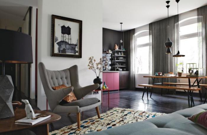chaise-capitonnée-salon-ouvert-vers-la-cuisine