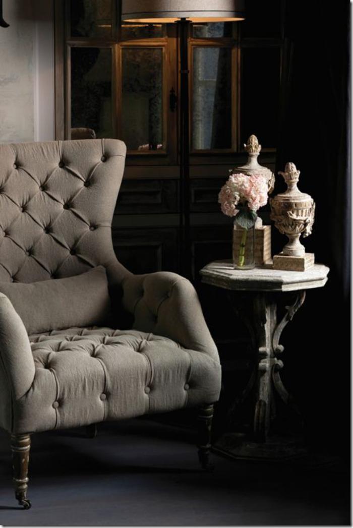chaise-capitonnée-table-haute-antique