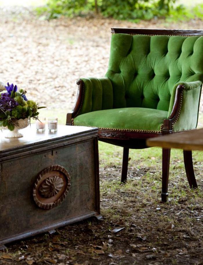 chaise-capitonnée-verte-design-magnifique-table-basse-coffre