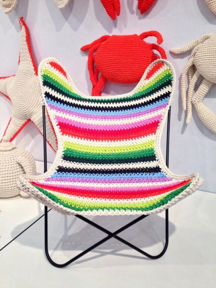 chaise-papillon-assise-tricotée-en-belles-couleurs