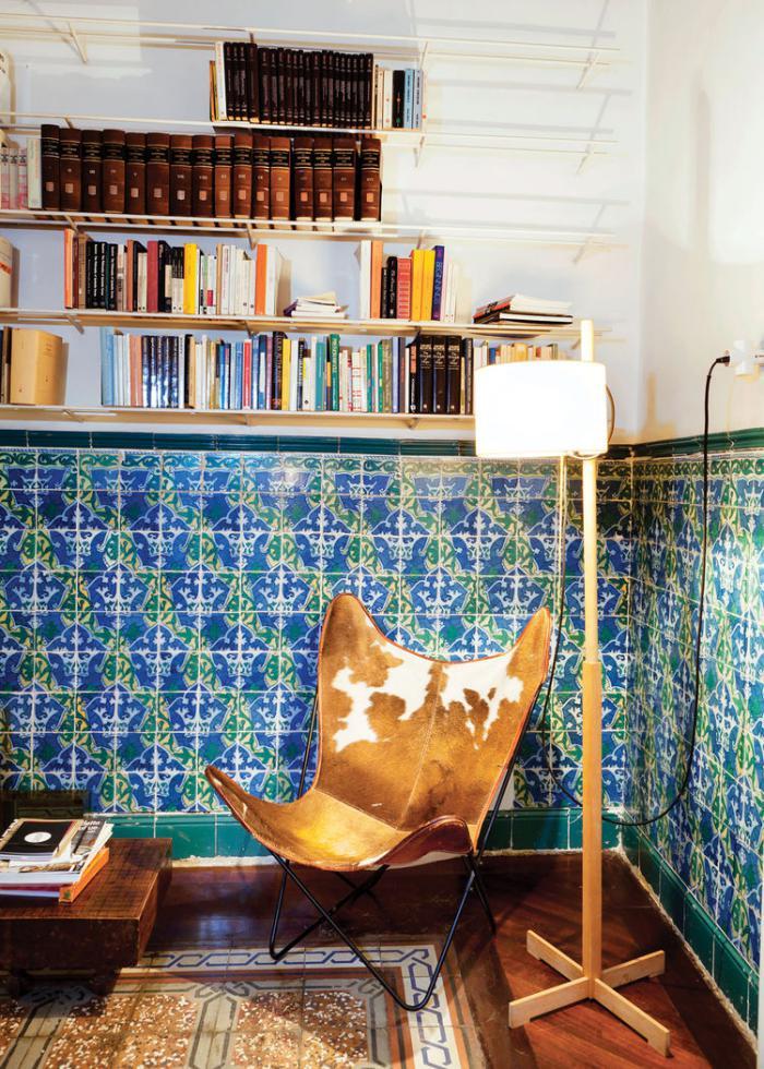 chaise-papillon-carreaux-bleus-lampe-de-sol