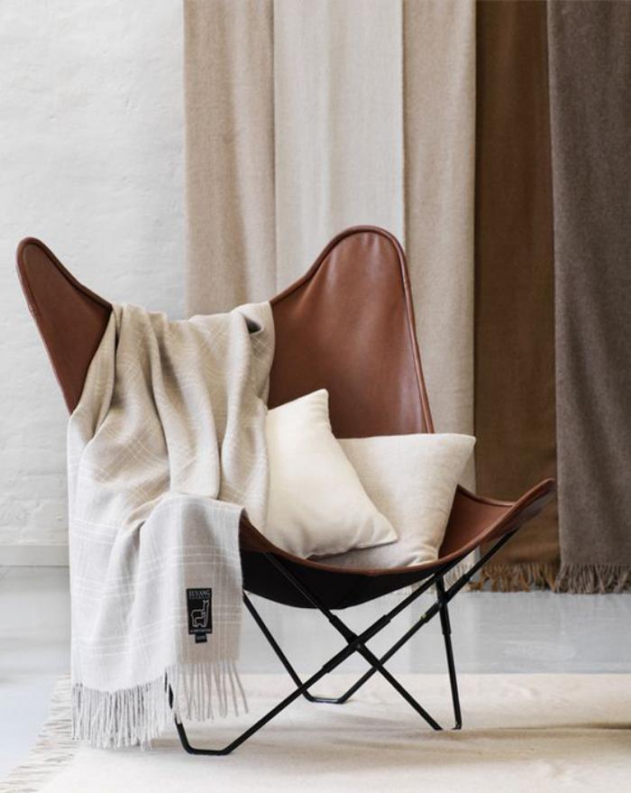chaise-papillon-chaise-originale-avec-couverture-blanche