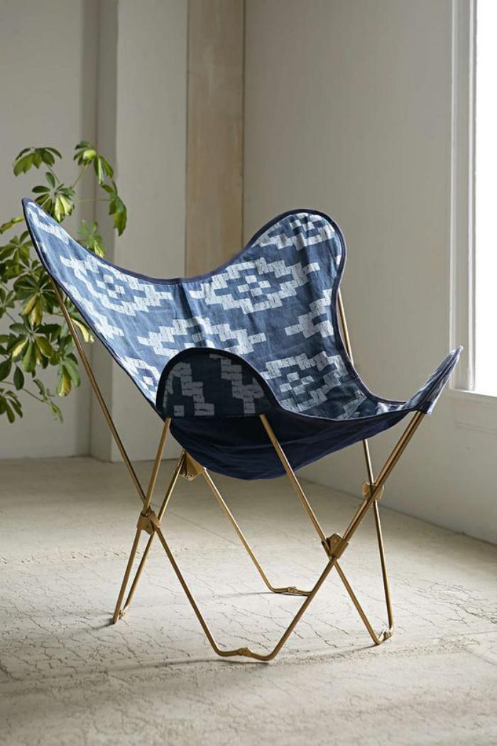 chaise-papillon-chassis-doré-et-toile-bleue-et-blanche