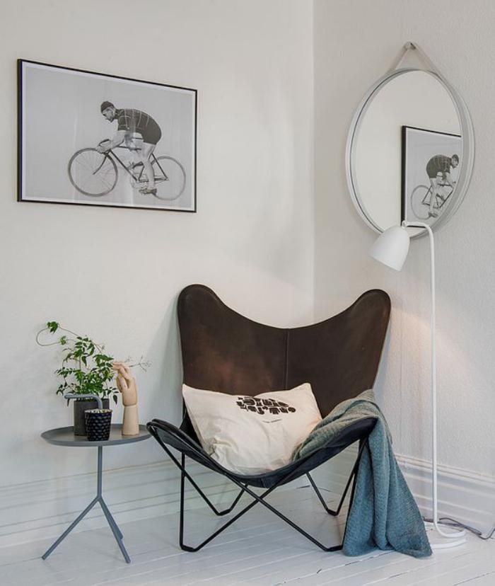 chaise-papillon-comme-accent-dans-une-pièce-blanche