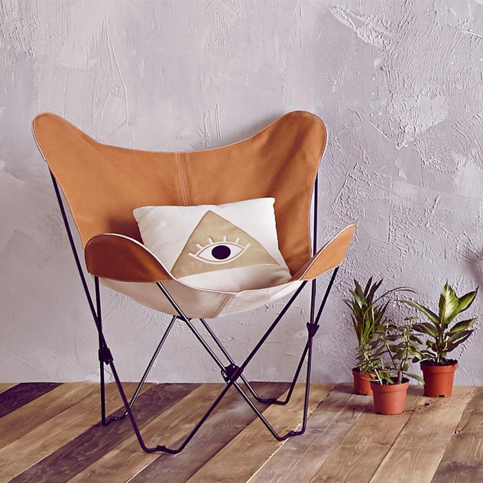 chaise-papillon-coussin-déco-et-pots-de-fleurs
