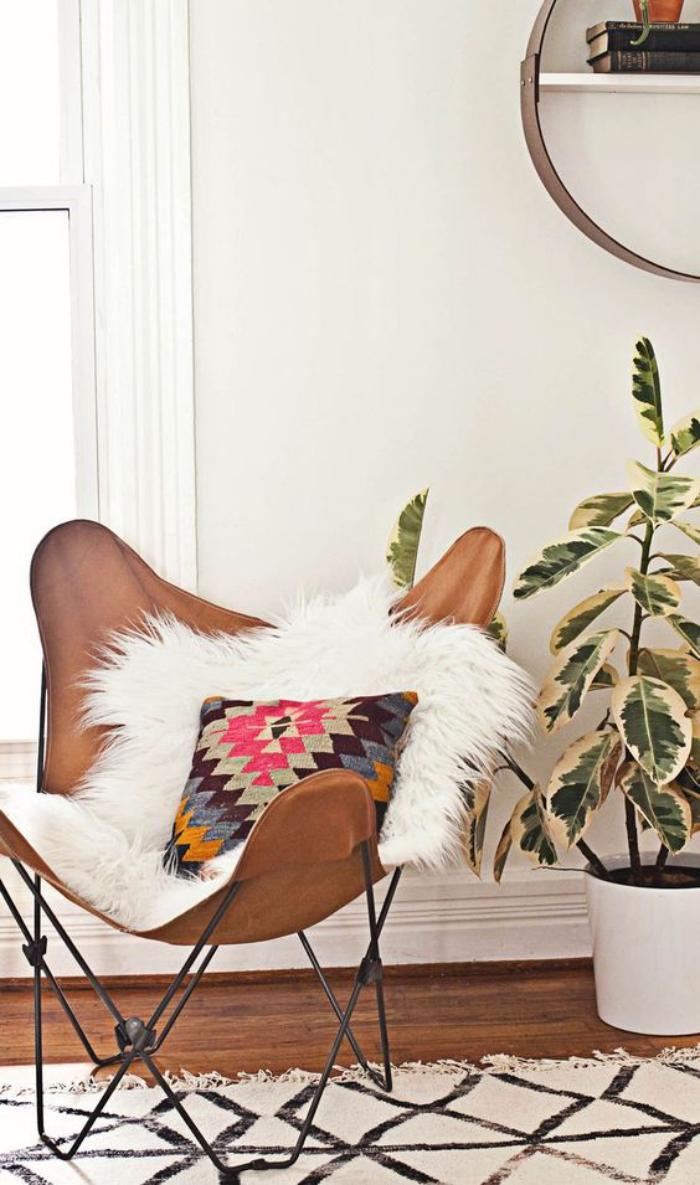chaise-papillon-cuir-tapis-marocain-fourrure-blanche-et-beau-coussin
