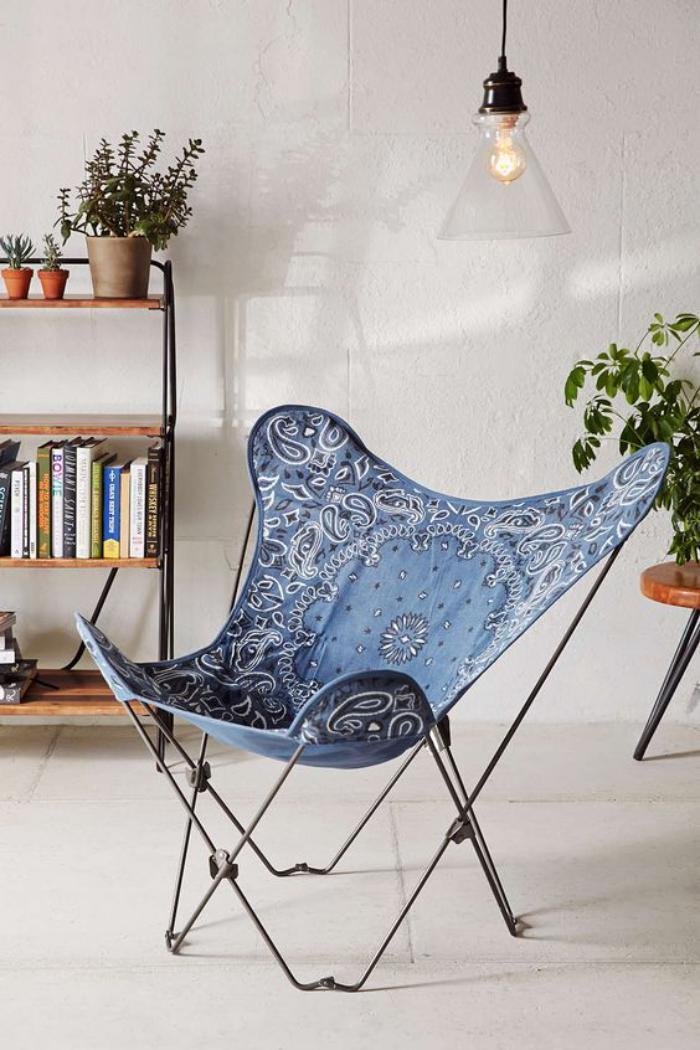 chaise-papillon-dans-une-pièce-blanche-étagère-métal-et-bois