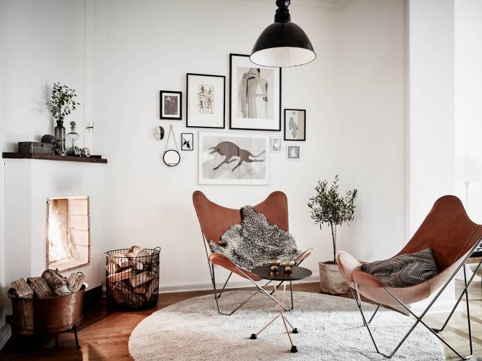 chaise-papillon-deux-chaises-papillon-et-cheminée-murale-originale