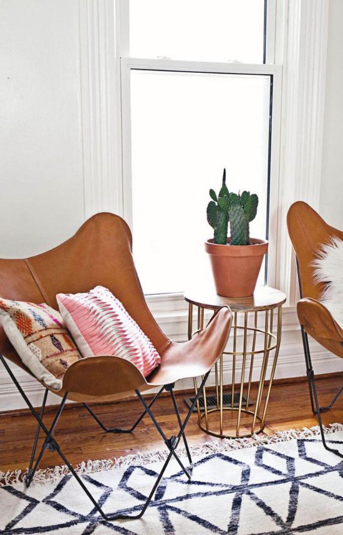 chaise-papillon-deux-chaises-papillon-et-petite-table-basse
