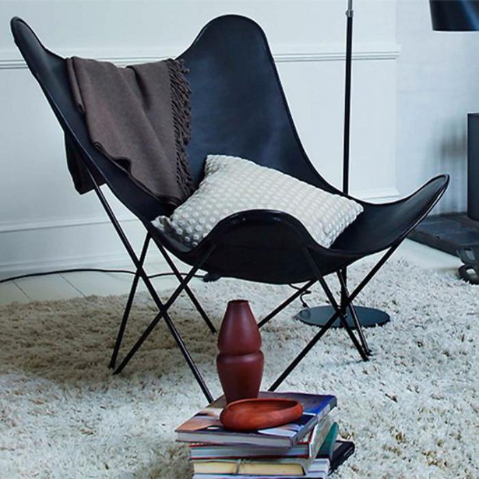 chaise-papillon-et-un-tapis-blanc-moelleux