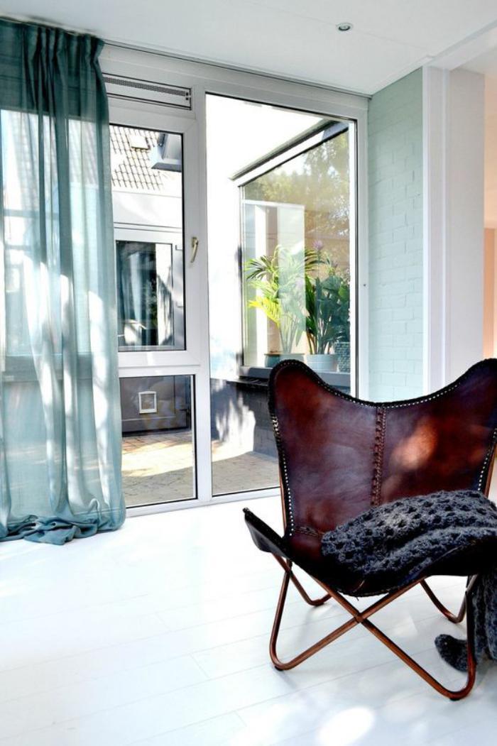 chaise-papillon-jolie-chaise-masculine-et-voilage-turquoise