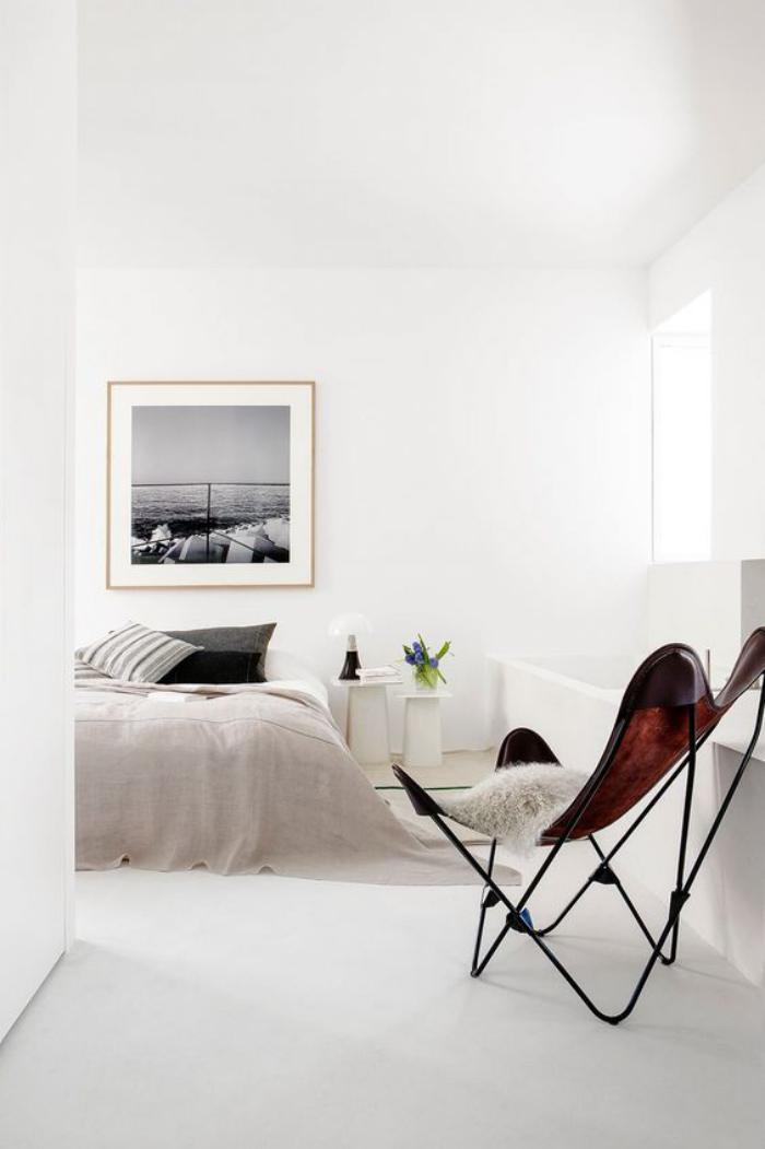 chaise-papillon-marron-dans-une-pièce-blanche