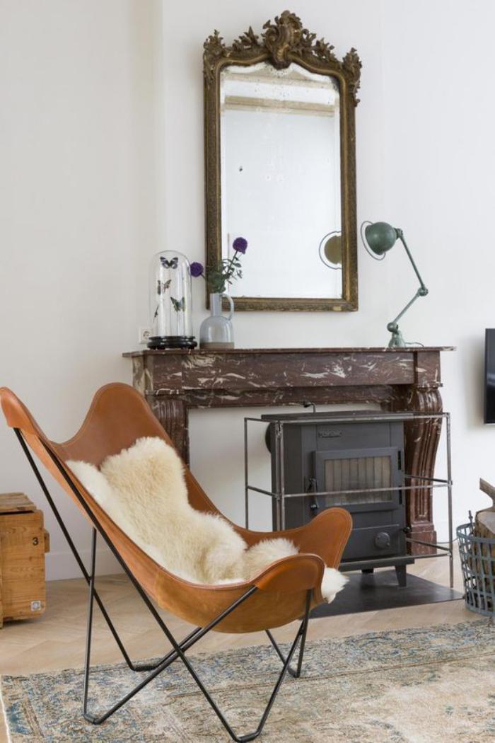 chaise-papillon-miroir-baroque-fausse-cheminée