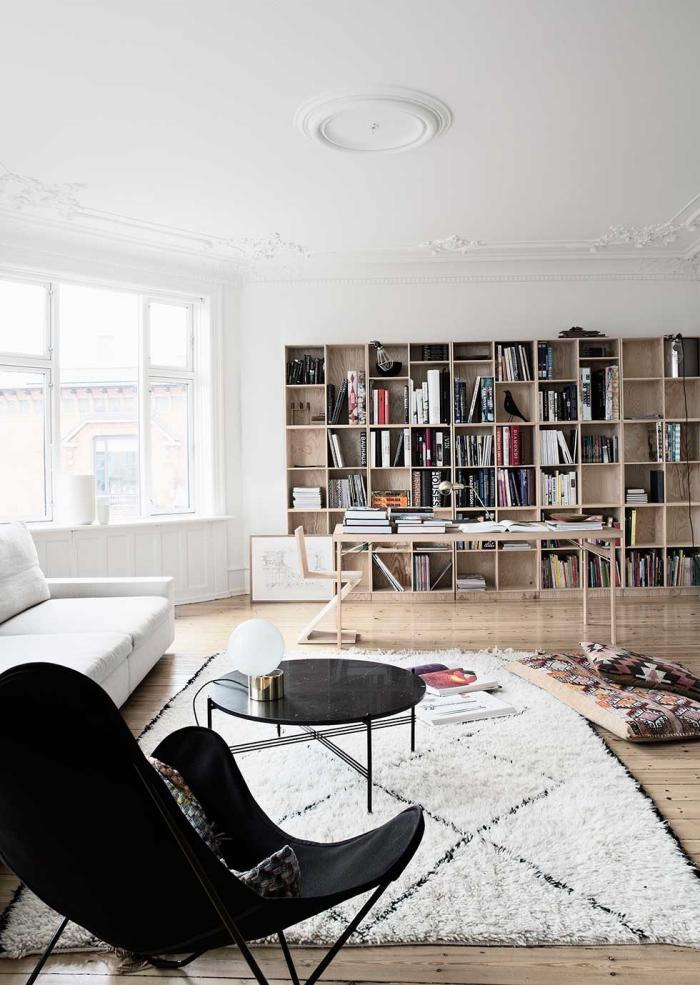 chaise-papillon-noire-grand-salon-avec-bibliothèque-en-bois