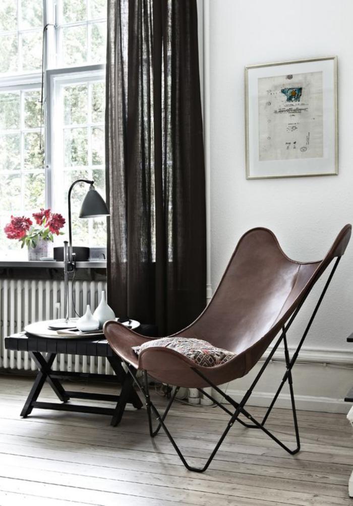 chaise-papillon-rideau-noir-et-petite-table-noire