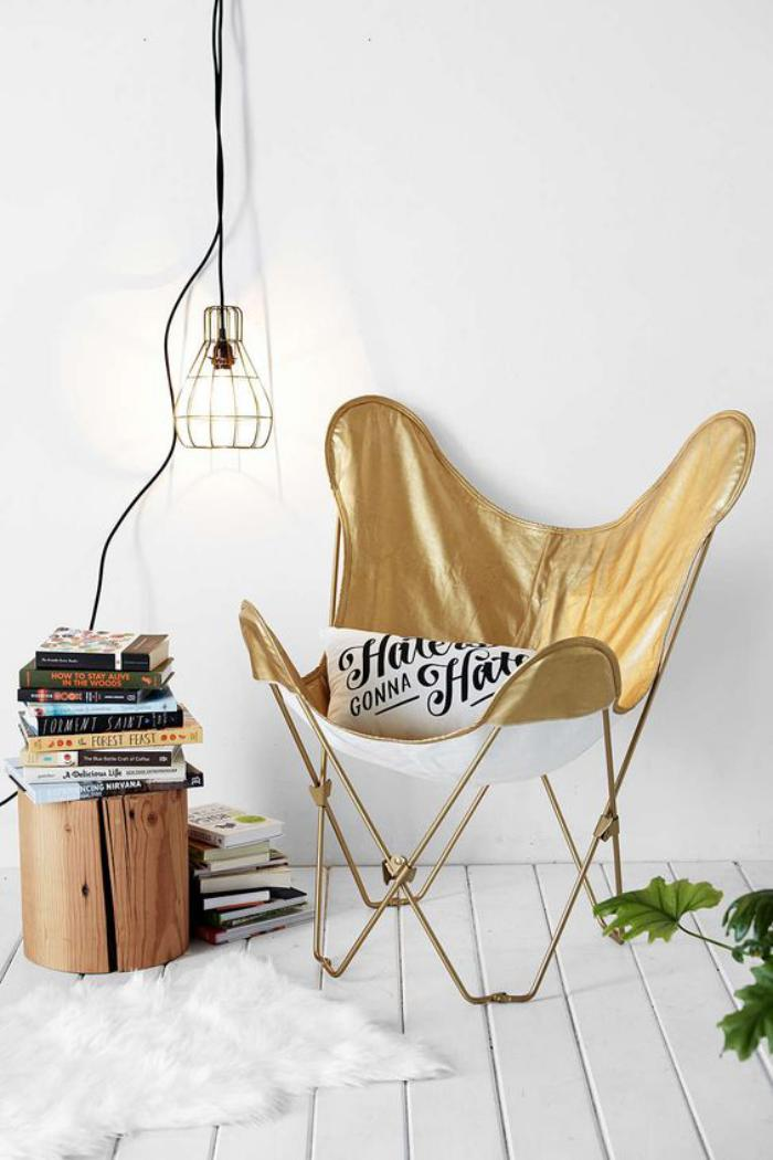 chaise-papillon-table-tronc-de-bois-et-lampe-suspension-cage
