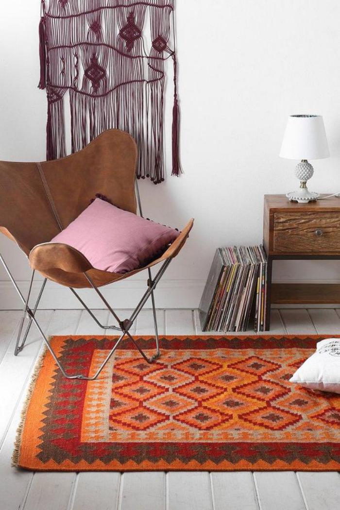 chaise-papillon-tenture-murale-et-petit-coussin-rose