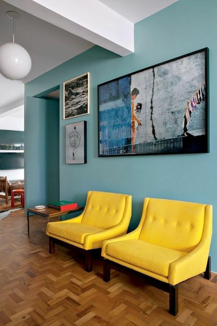 chaises-jaunes-dans-le-salon-chic-parquet-clair-murs-bleus-assortir-les-couleurs-d-intérieur