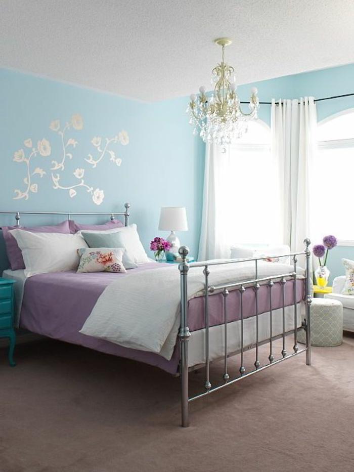 chambre-d-enfant-idee-deco-comment-associer-nuancier-violet-moquette-beige