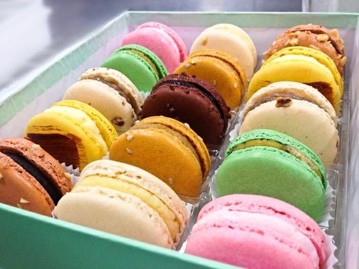 classique-macaron-maison-dessert-francais-gateau-classique-boite-vert-claire