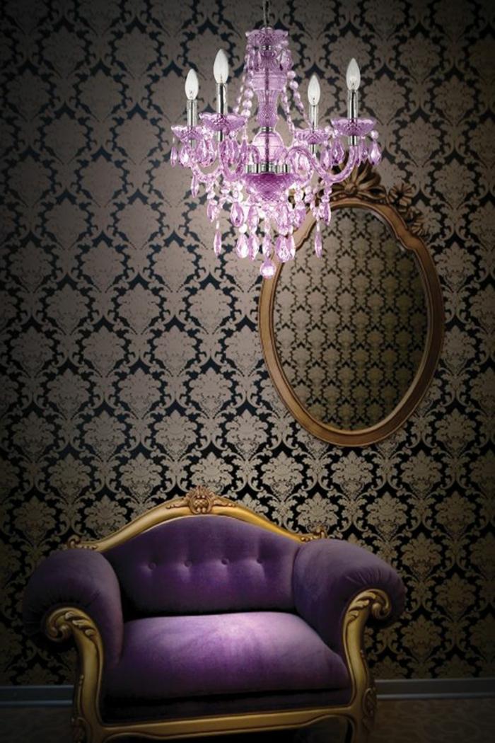 comment-associer-prune-couleur-joli-canape-de-couleur-violet-fonce-lustre-baroque