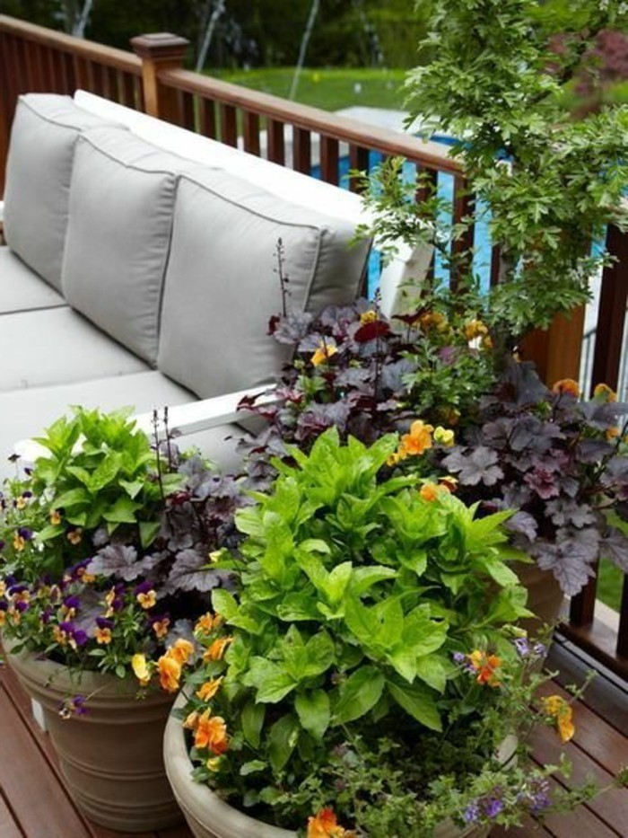 comment-fleurir-son-balcon-en-bois-fonce-nos-idees-avec-fleurs-maison