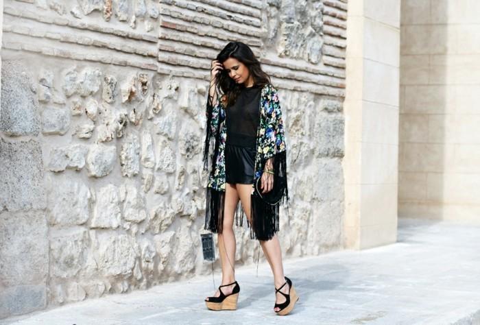 cool-idée-tenue-veste-kimono-femme-le-chic-boho-vêtement-mode-platforme-sandales-compensées