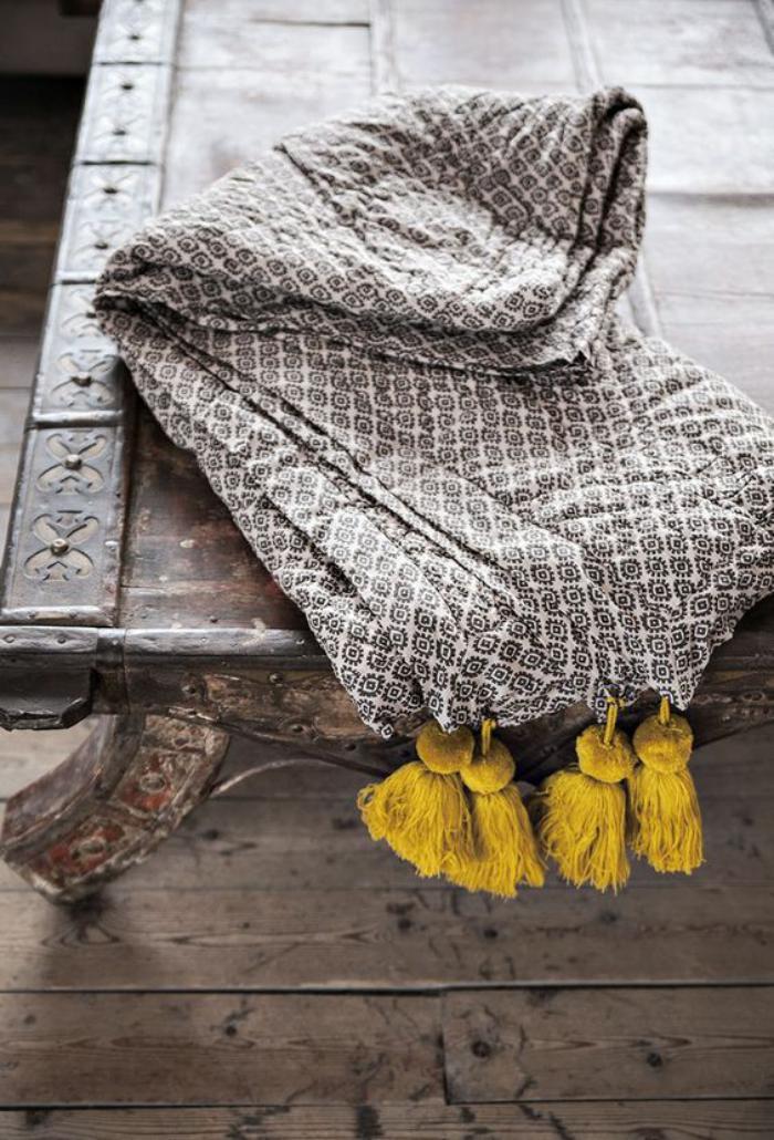 couleur-ocre-couverture-grise-avec-des-franges-en-couleur-ocre