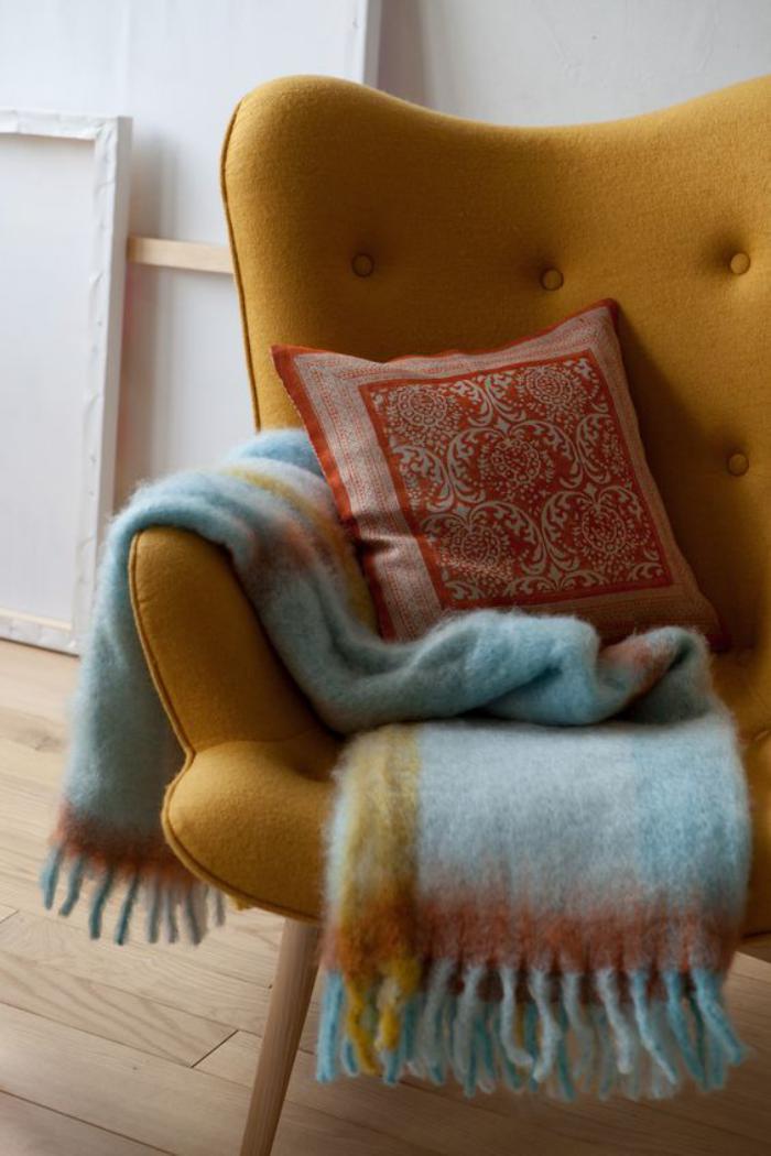 couleur-ocre-de-fauteuil-et-plaid-super-moelleux