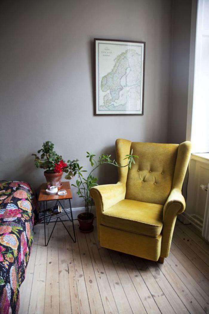 couleur-ocre-fauteuil-ocre-sur-un-sol-en-bois